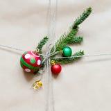 Frammento del regalo o del pacchetto con la decorazione di Natale Immagini Stock