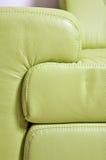 Frammento del sofà di cuoio verde fotografia stock