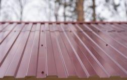Frammento del tetto del metallo della casa Tetto rosso immagine stock libera da diritti