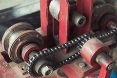 Frammento dell'attrezzatura industriale con la cinghia a catena immagine stock libera da diritti