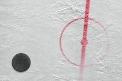 Frammento dell'hockey della pista di pattinaggio del hockey su ghiaccio fotografia stock