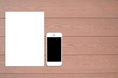 Frammento dell'insieme in bianco della cancelleria Modello di identificazione su fondo di legno leggero Immagine Stock Libera da Diritti