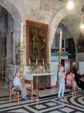 Frammento dell'interno della chiesa del sepolcro santo a Gerusalemme, Israele La guida dice gli ospiti circa il tempio Fotografie Stock Libere da Diritti