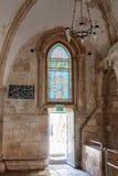 Frammento dell'interno - vetro macchiato e una porta di uscita - della stanza di ultima cena a Gerusalemme, Israele Immagini Stock