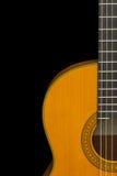 Frammento della chitarra classica su un isolato nero del fondo, poliziotto Immagini Stock