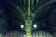 Frammento della costruzione del tetto la stazione ferroviaria Vitebsky della città Struttura arcata delle finestre d'acciaio dell fotografia stock