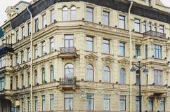 Frammento della costruzione leggera della facciata del mattone con le finestre St Petersburg, Russia immagine stock