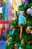 Frammento della decorazione dell'albero di Natale - un coniglio adorabile Fotografia Stock Libera da Diritti