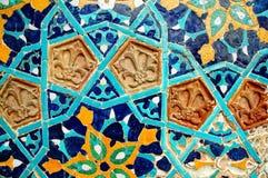 Frammento della parete coperta di tegoli con il mosaico arabo fotografia stock