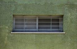 Frammento della parete d'annata verde con la finestra Tel Aviv, Israele Immagine Stock Libera da Diritti