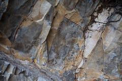 Frammento della pietra sbozzata di grigio scuro Fotografie Stock Libere da Diritti