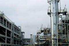 Frammento della raffineria moderna con la colonna di distillazione immagini stock libere da diritti