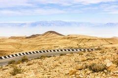 Frammento della strada nel deserto di Negev Fotografie Stock Libere da Diritti
