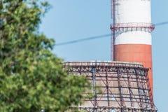 Frammento della torre di raffreddamento enorme nella centrale elettrica termica Fotografie Stock Libere da Diritti