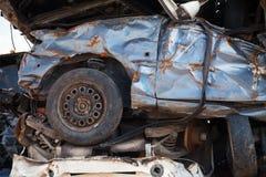 Frammento delle automobili impilate in rottamaio Fotografia Stock