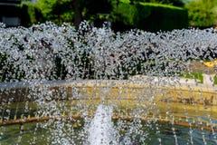 Frammento delle gocce di acqua della fontana nell'aria Immagine Stock