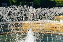 Frammento delle gocce di acqua della fontana nell'aria Fotografia Stock