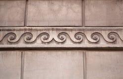 Frammento di costruzione con un cornicione come ornamento greco Fotografia Stock Libera da Diritti
