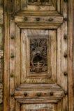 Frammento di legno che scolpisce sulla porta Immagine Stock