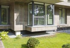 Frammento di nuovi esterni moderni della costruzione di appartamento Immagine Stock Libera da Diritti