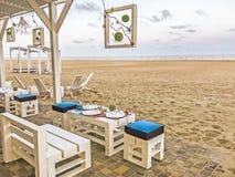 Frammento di paesaggio di un posto per resto su una spiaggia sabbiosa vicino ad Odessa, Ucraina Immagini Stock Libere da Diritti