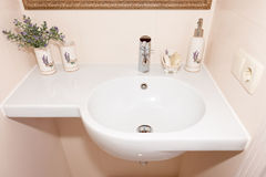 Frammento di un bagno di lusso Bagno bianco moderno esclusivo con il lavandino ed il rubinetto bianchi Fotografia Stock