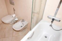 Frammento di un bagno di lusso Bagno moderno esclusivo con la toilette, il bidet e la doccia Fotografia Stock Libera da Diritti