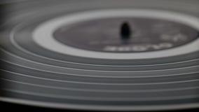 Frammento di un giradischi nero girante del vinile Macro Vista da sopra stock footage