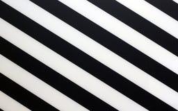 Frammento di un pezzo in bianco e nero a strisce di plastica come struttura del fondo immagine stock