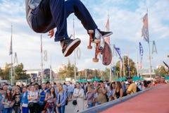 Frammento di un skateboarder, che fa l'acrobazia del ollie al concorso di Red Bull dei giochi della città di Mosca Fotografia Stock