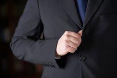 Frammento di un uomo in un vestito fotografia stock