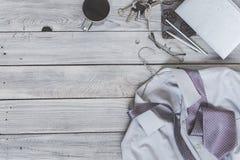 Frammento di una camicia del ` s degli uomini con un legame su un gancio, diario, caffè Immagine Stock Libera da Diritti