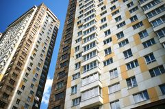 Frammento di una costruzione di appartamento fotografia stock