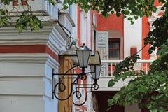 Frammento di una costruzione con le lanterne sul portico Fotografie Stock