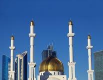 Frammento di una moschea musulmana nella città moderna. Il Kazakistan. Asta fotografia stock