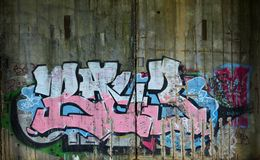 Frammento di vecchia parete con la pittura variopinta dei graffiti fotografie stock