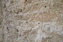 Frammento di vecchia parete marrone Un frammento di vecchia parete dell'argilla in una foto del fondo fotografia stock libera da diritti