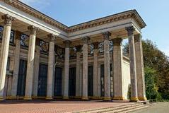 Frammento di vecchia struttura architettonica con le colonne grige sulla via Immagine Stock Libera da Diritti
