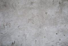 Frammento di vecchio muro di cemento grigio con le crepe ed il primo piano rotto dei pezzi Immagine di priorità bassa fotografia stock libera da diritti