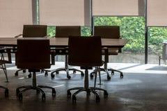 Frammento interno dell'ufficio con la tavola di conferenza e le poltrone Immagini Stock Libere da Diritti