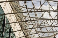 Frammento irriconoscibile del soffitto di vetro strutturale modulare contro il cielo Immagine Stock Libera da Diritti