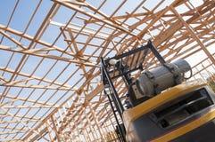 Framming der neuen Scheune im Bau und des Gabelstaplers Stockbilder
