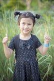 Framsida av asiatiska barn som ler bra känsla för framsida och för tecken vid fena Fotografering för Bildbyråer