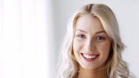 Framsida av att le den härliga unga kvinnan lager videofilmer