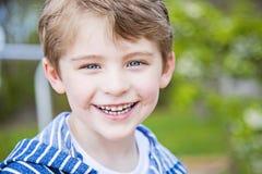 Framsida av att le den lyckliga pojken utanför Royaltyfri Foto