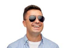 Framsida av att le mannen i skjorta och solglasögon Arkivbild