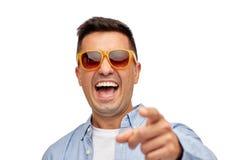 Framsida av att le mannen i skjorta och solglasögon Royaltyfri Foto