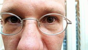 Framsida av bärande exponeringsglas för en man Arkivbild