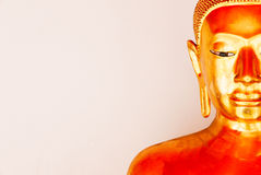 Framsida av buddha den guld- statyn och thai konstarkitektur Royaltyfria Bilder