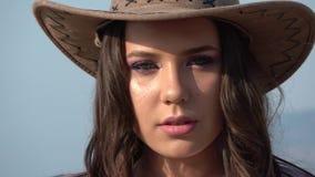 Framsida av cowgirlen stock video